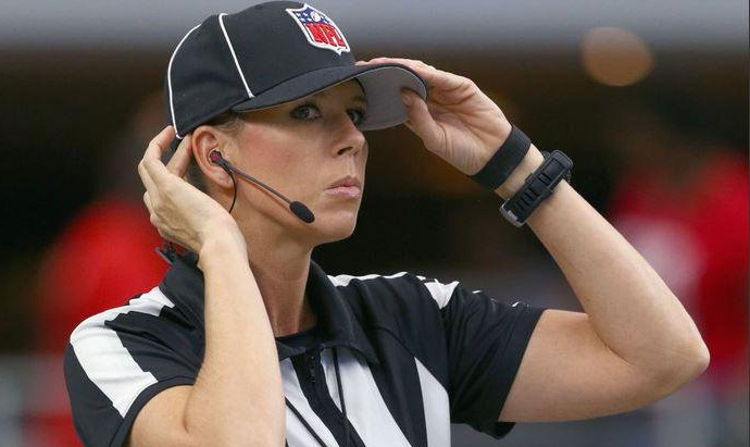Sarah Thomas será la primera mujer en arbitrar un partido de playoffs en la NFL (Twitter)