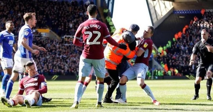 Fanático entró a la cancha en pleno derbi y golpeó a un jugador del Aston Villa